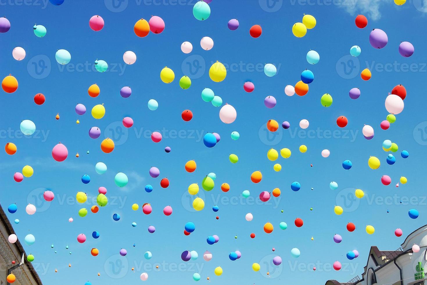 palloncini colorati sul cielo blu foto