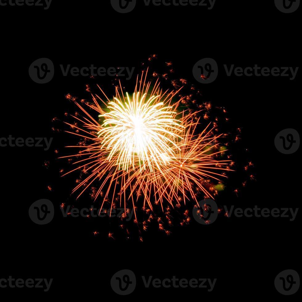 fuochi d'artificio colorati su sfondo scuro del cielo foto