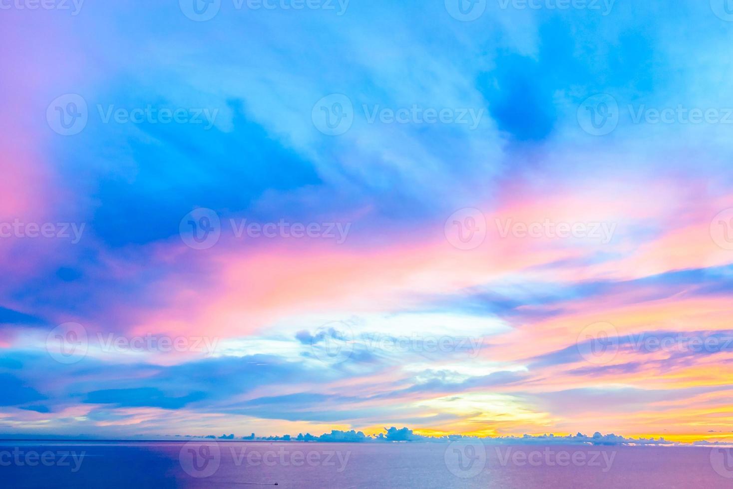 nuvola sullo sfondo del cielo al crepuscolo foto