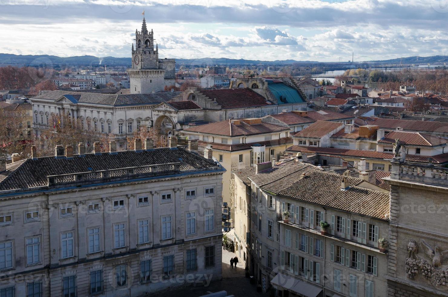 centro storico di avignone sotto il cielo velato foto