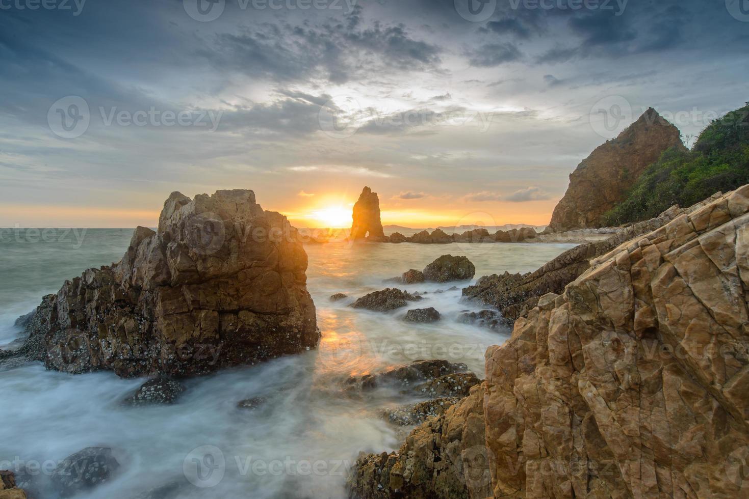 spiaggia rocciosa lunga esposizione vista sul mare all'alba a chonburi. foto