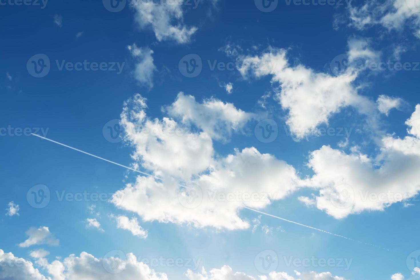 scie di condensazione e nuvole foto