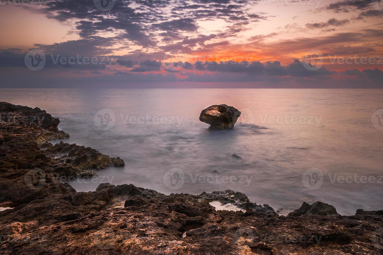 spiaggia rocciosa al mattino foto