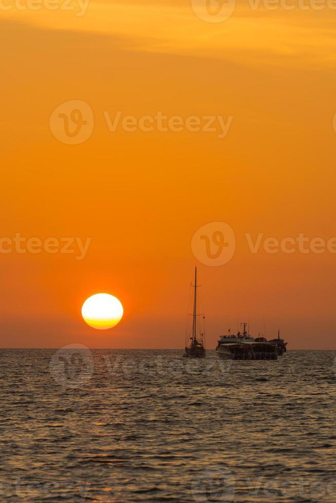 romantico tramonto incredibile con le barche foto