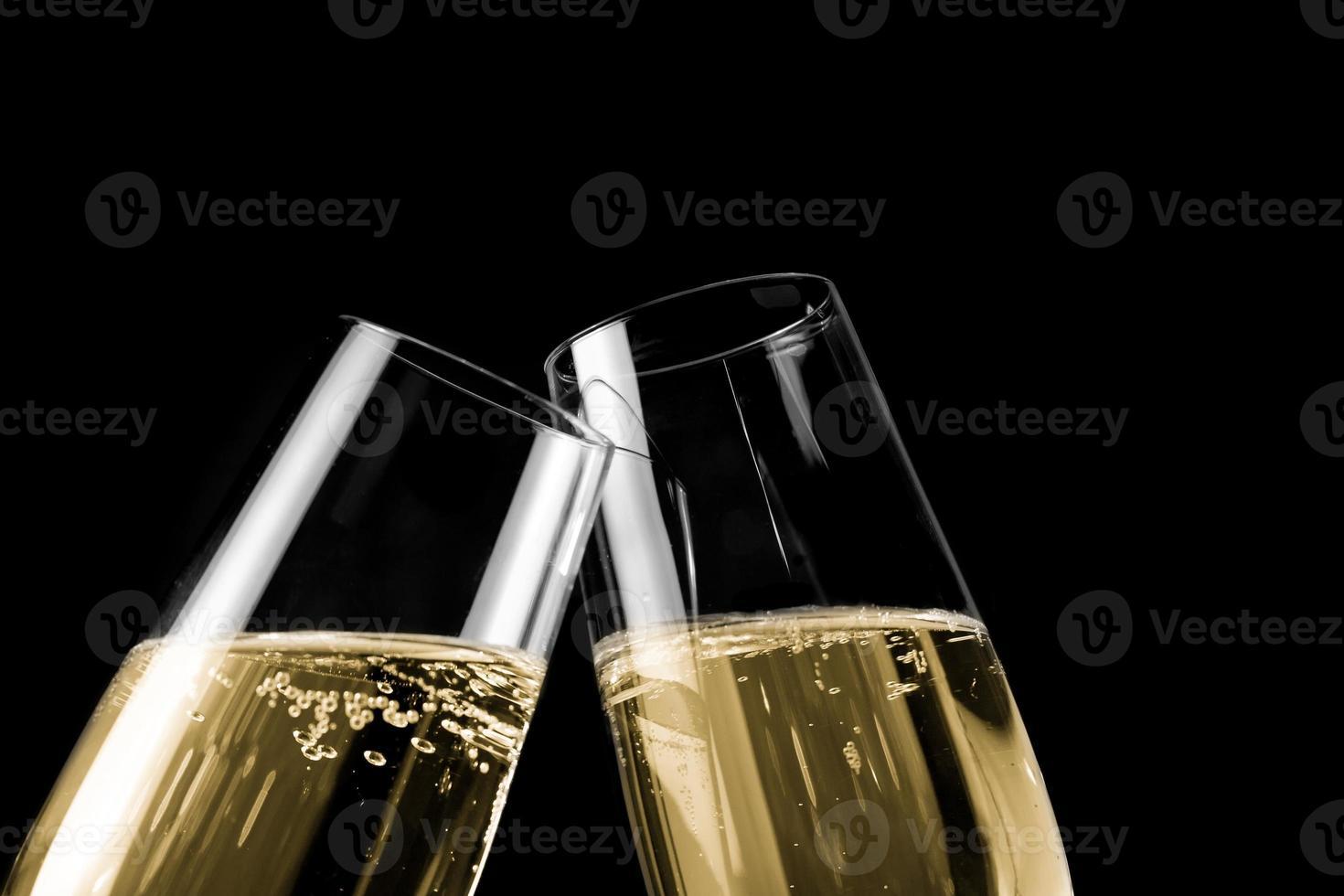 coppia di calici da champagne con bollicine dorate foto