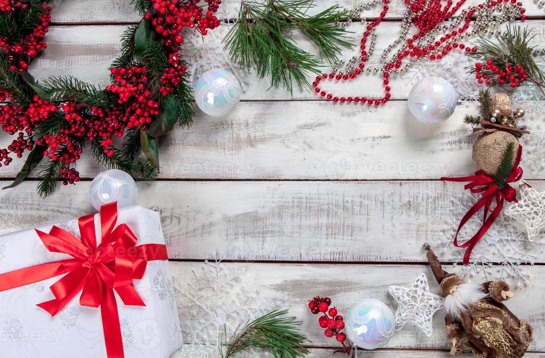 il tavolo di legno con decorazioni natalizie foto