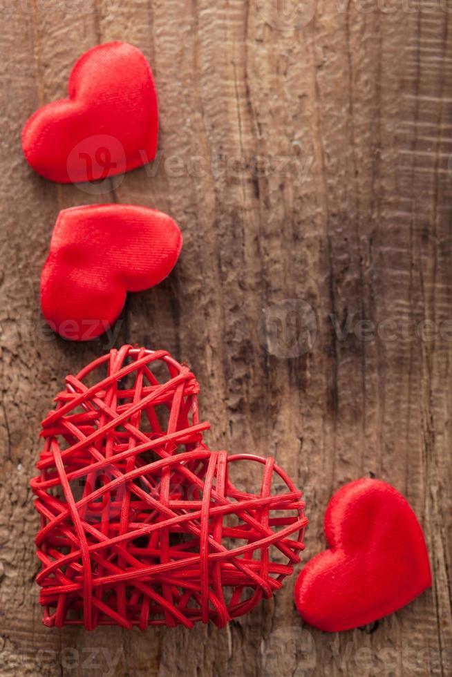 cuori rossi su sfondo di legno per San Valentino foto
