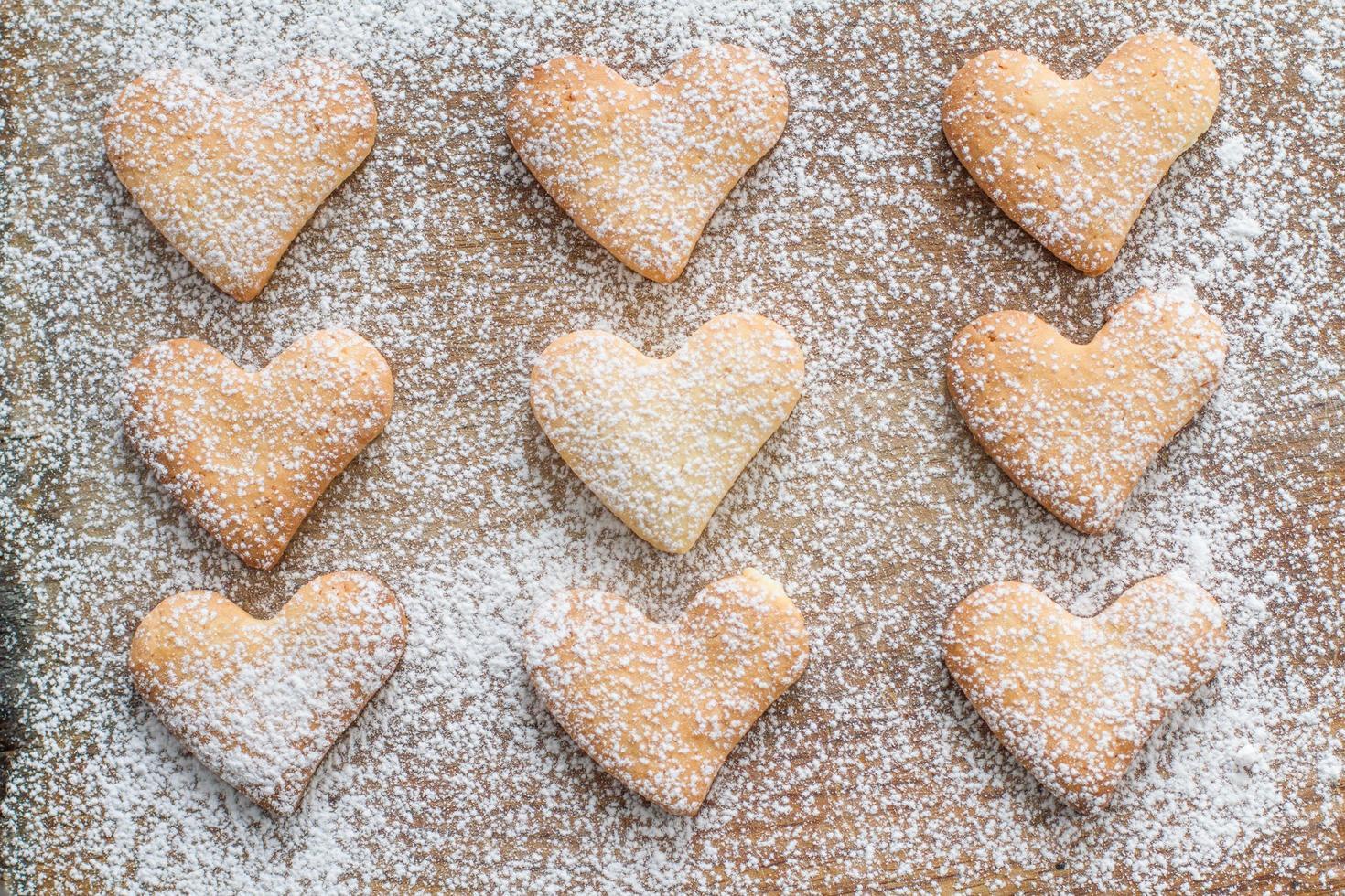 biscotti a forma di cuore in polvere con lo zucchero foto