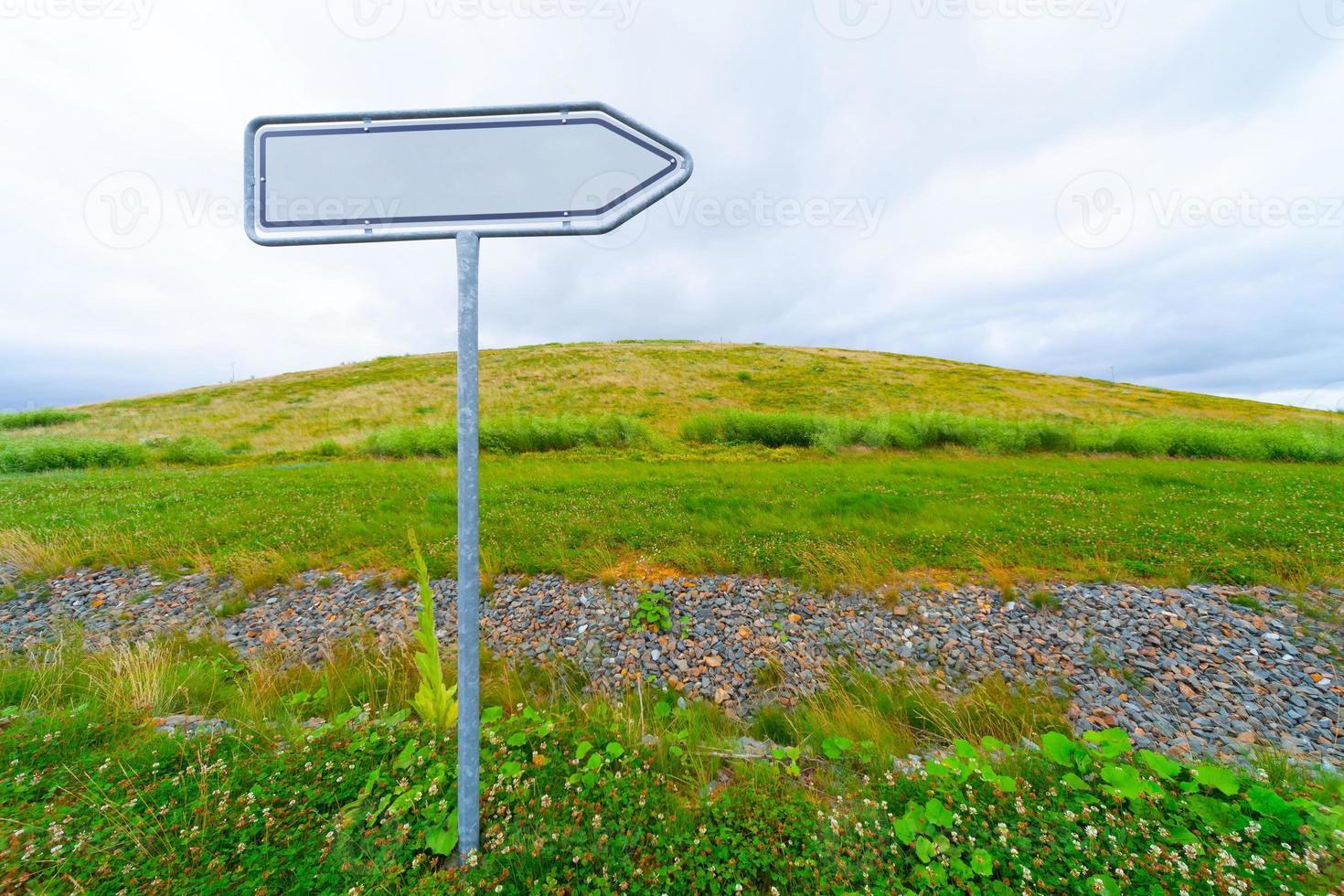 freccia del segnale stradale in bianco foto