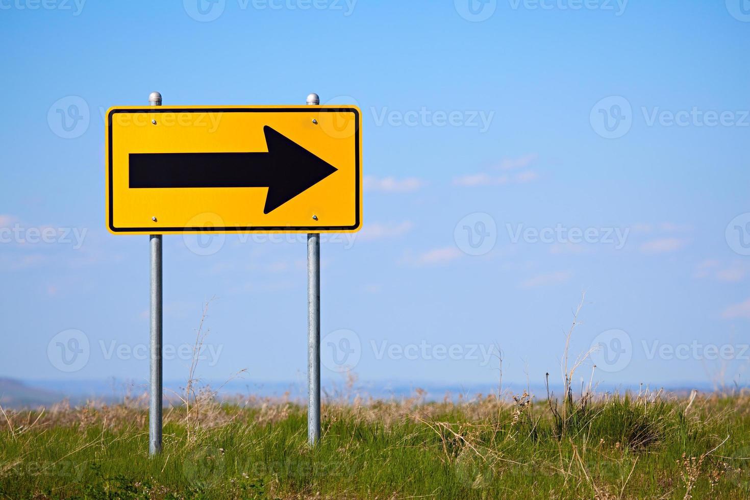 cartello stradale a destra girare a senso unico foto