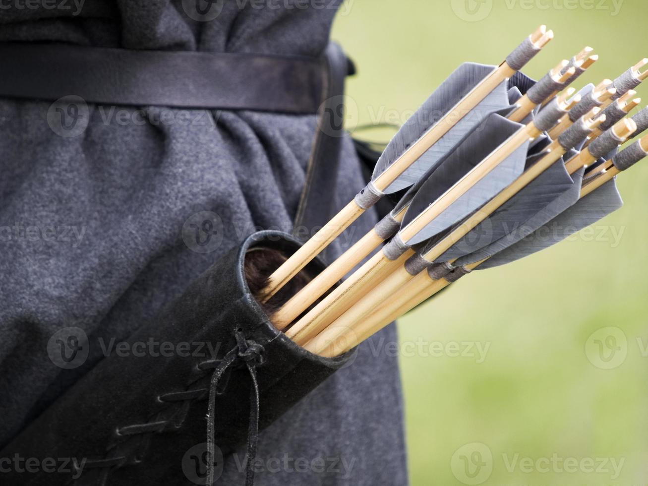 persona che indossa la faretra con le frecce inserite in essa foto