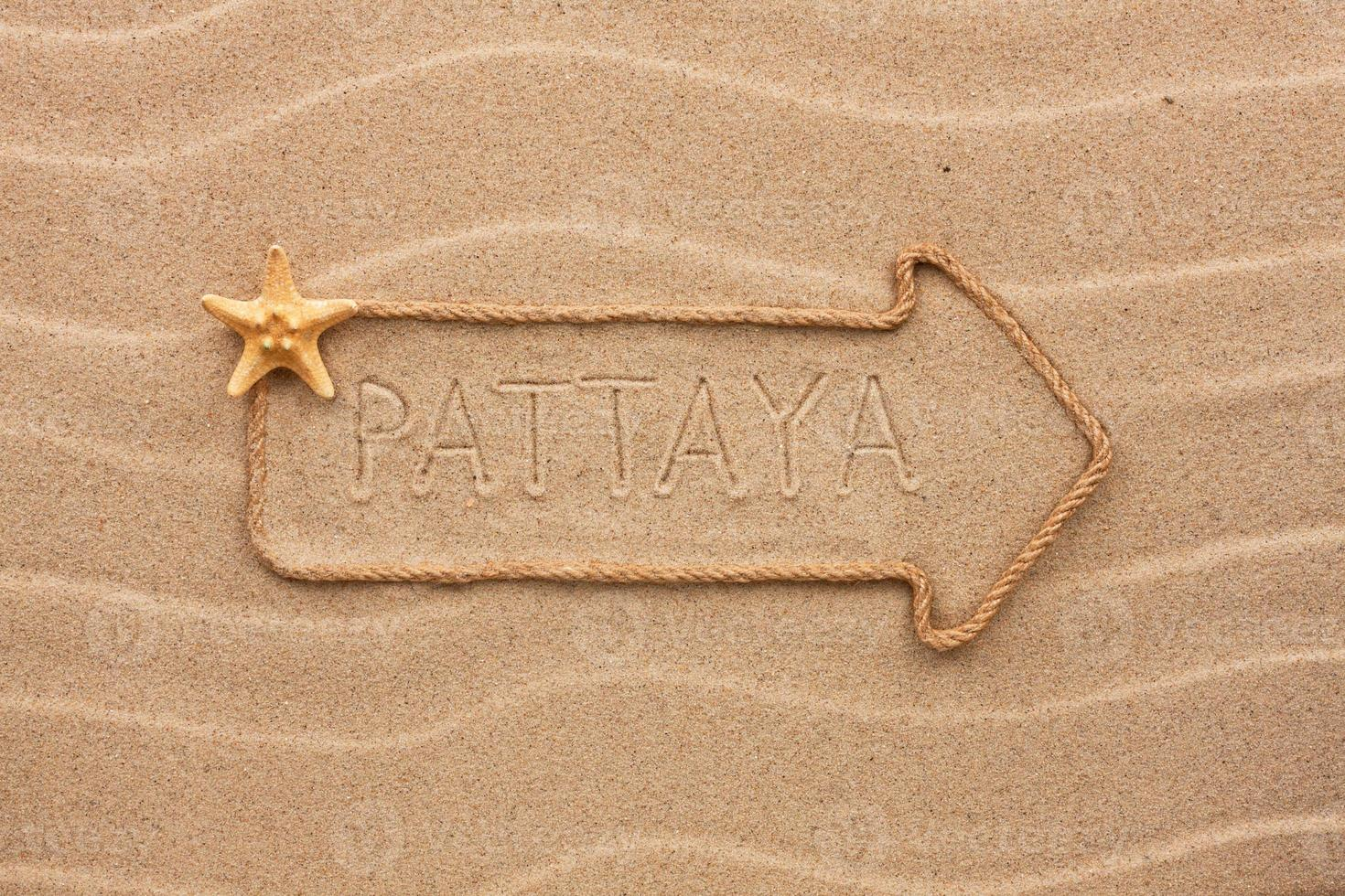 freccia fatta di corda con la parola pattaya foto