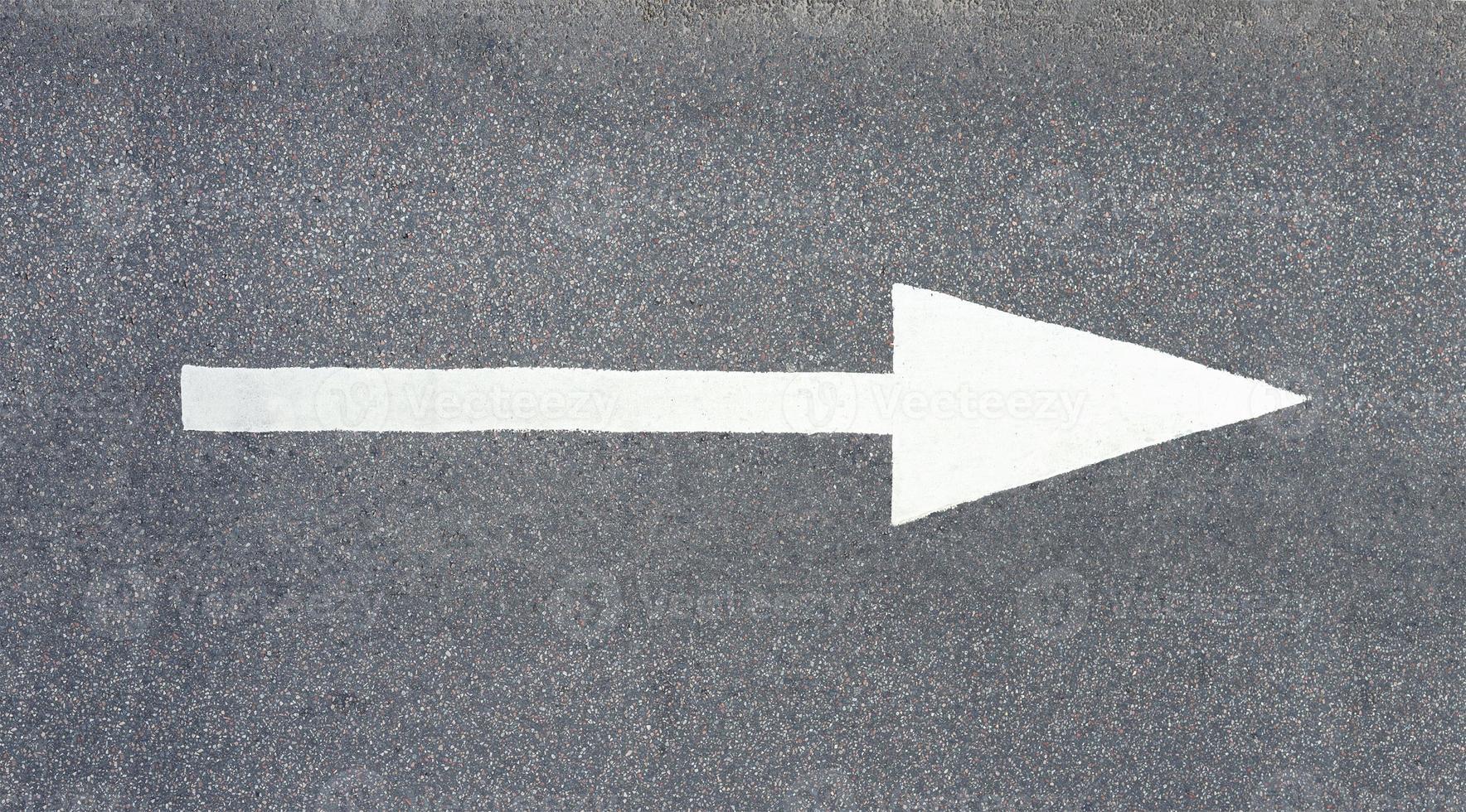 freccia dipinta su asfalto foto