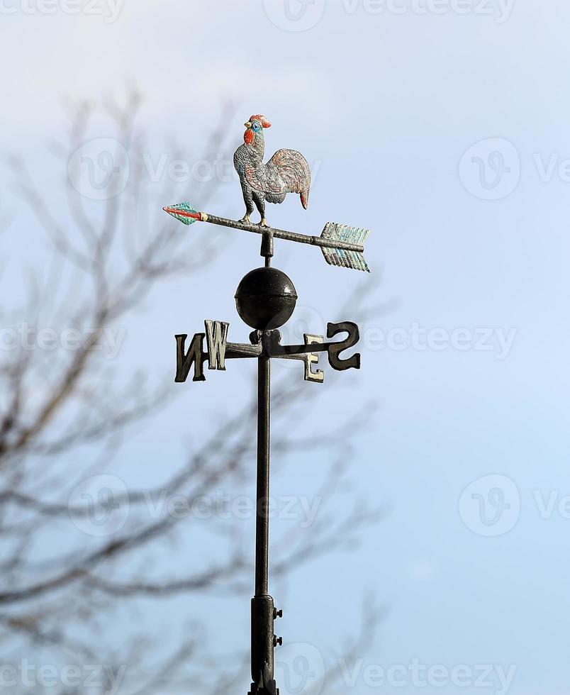 banderuola segna il vento con quattro punti cardinali foto