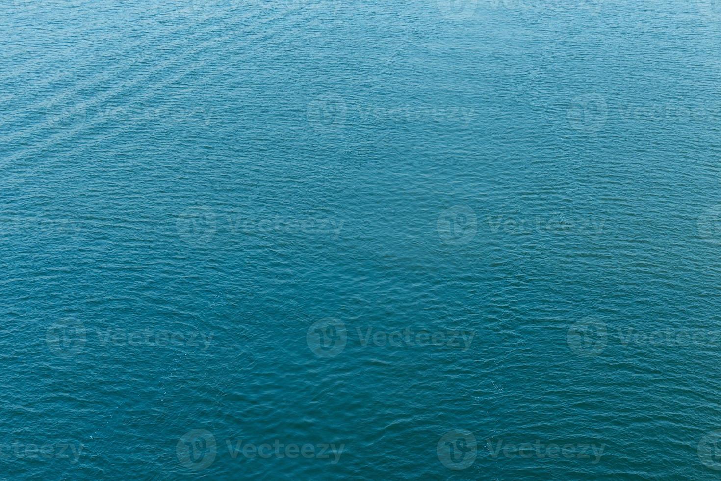 ondulazione sulla superficie dell'acqua foto