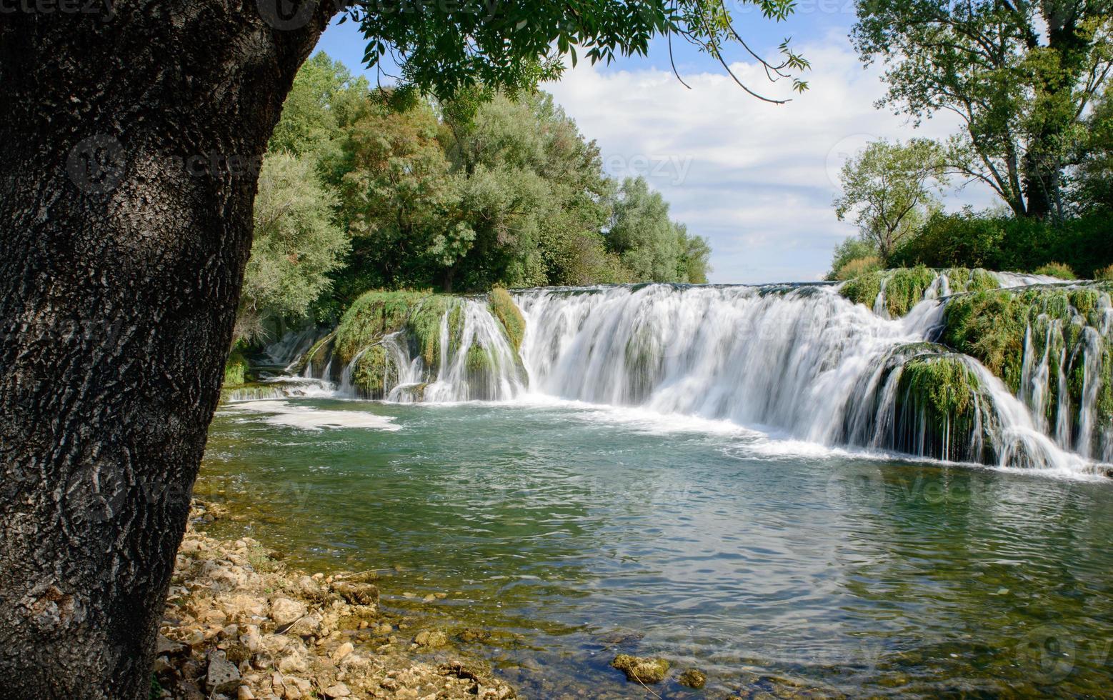 bella cascata d'acqua caduta foto