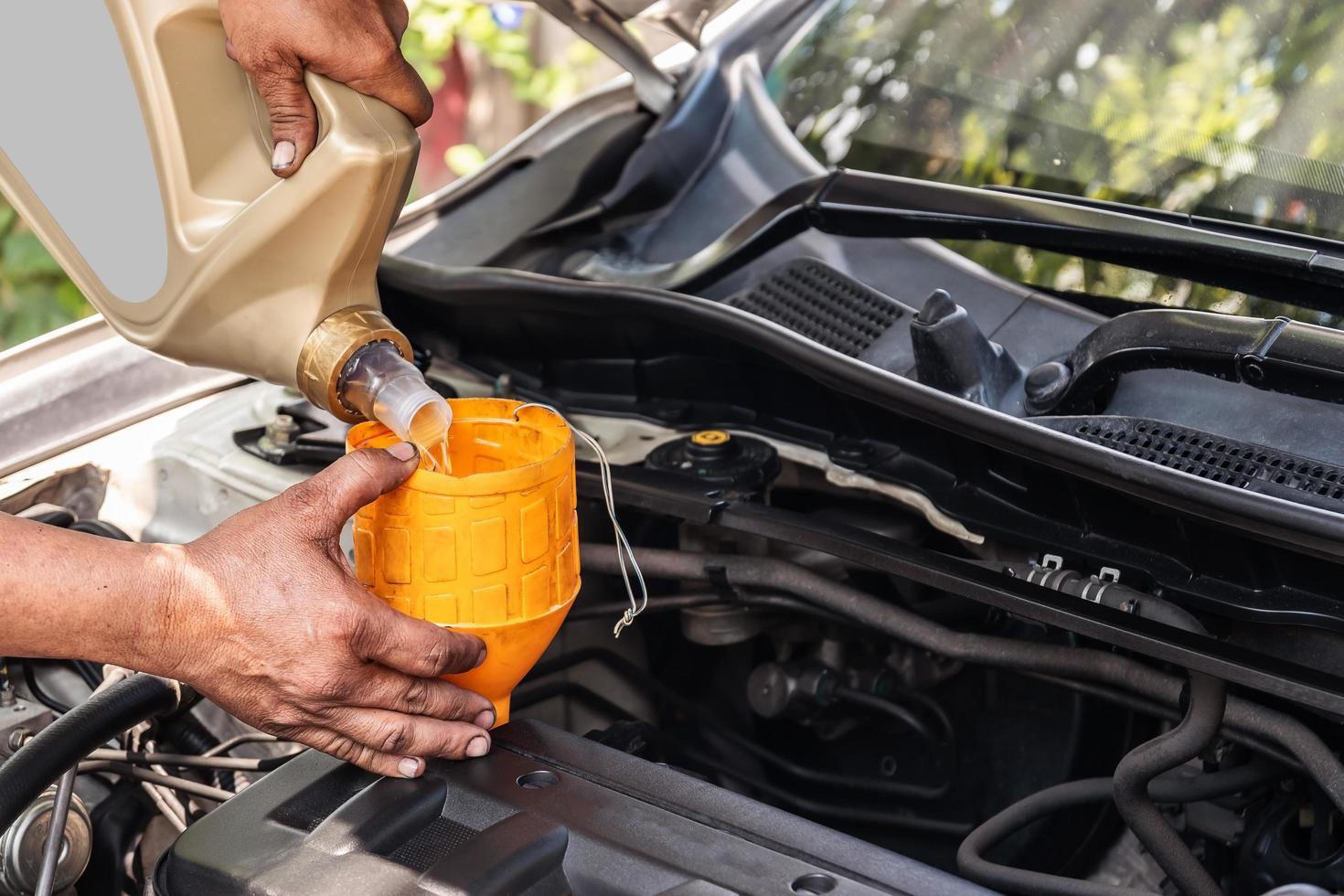 cambiare l'olio per auto foto