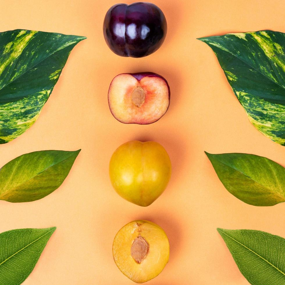 frutta prugna colorata su sfondo giallo foto