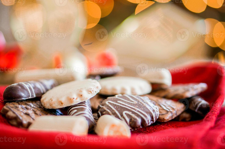 biscotti al cioccolato su tessuto bianco con nastri foto