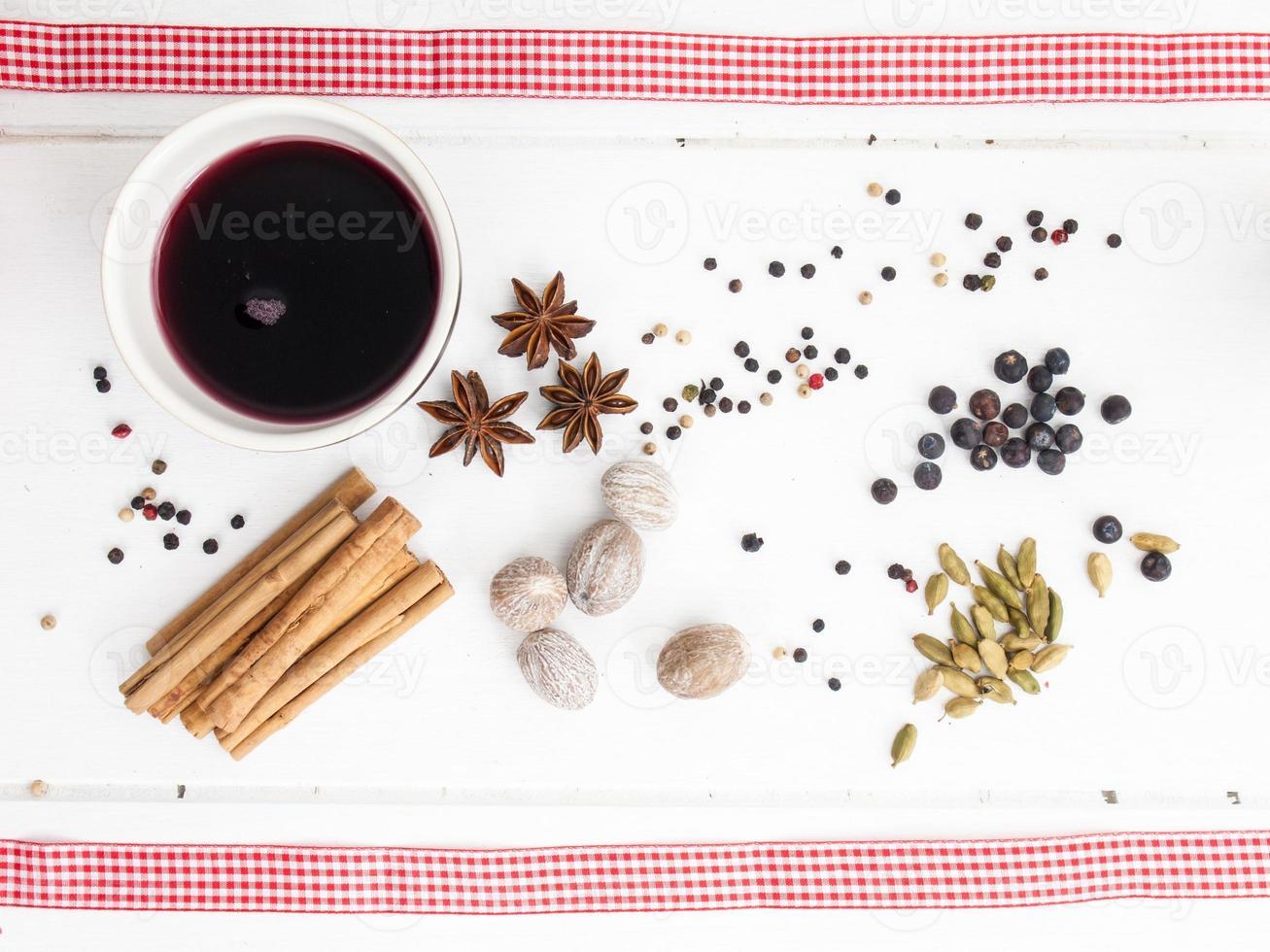 vin brulè e spezie natalizie con nastro rosso foto