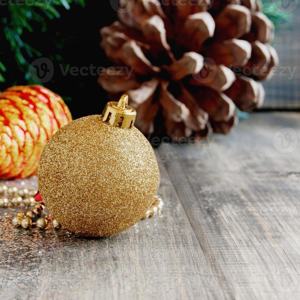 decorazioni natalizie su uno sfondo di alberi e coni foto