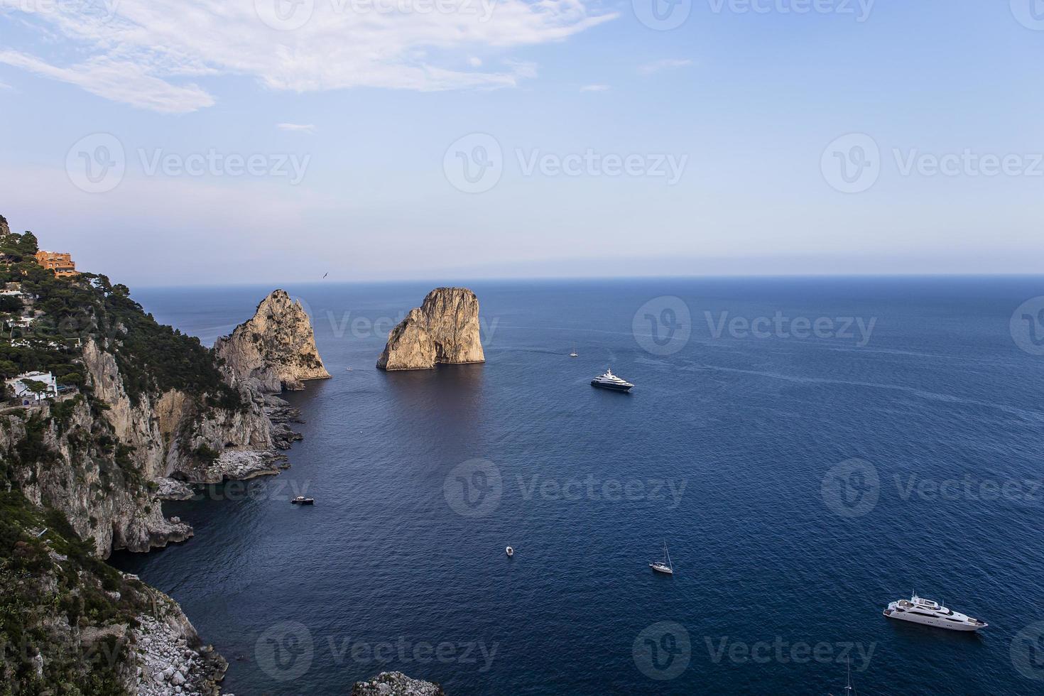 Isola dei Faraglioni e scogliere, Capri, Italia foto