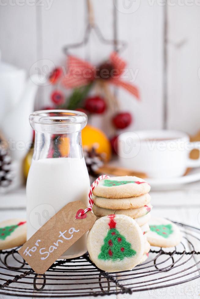biscotti dell'albero di Natale con latte foto