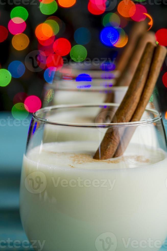 zabaione festivo con cannella e biscotti foto