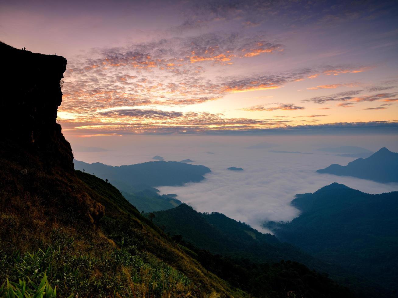 vista dalla montagna con sfondo nebbioso foto