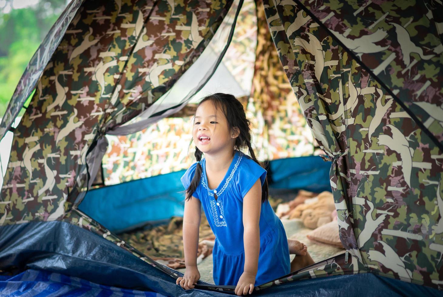 bambina nella tenda foto