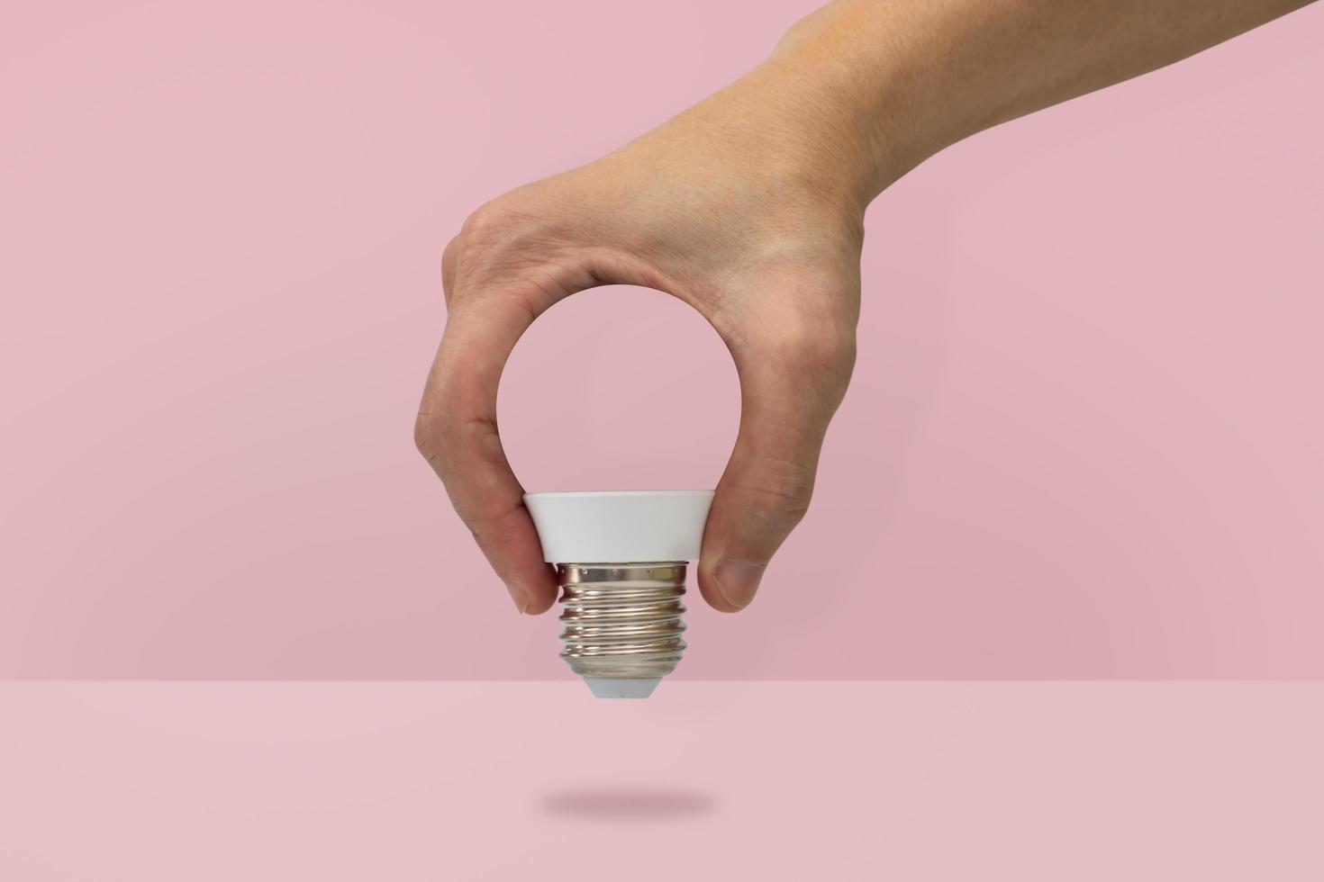 mano che tiene una forma di lampadina foto
