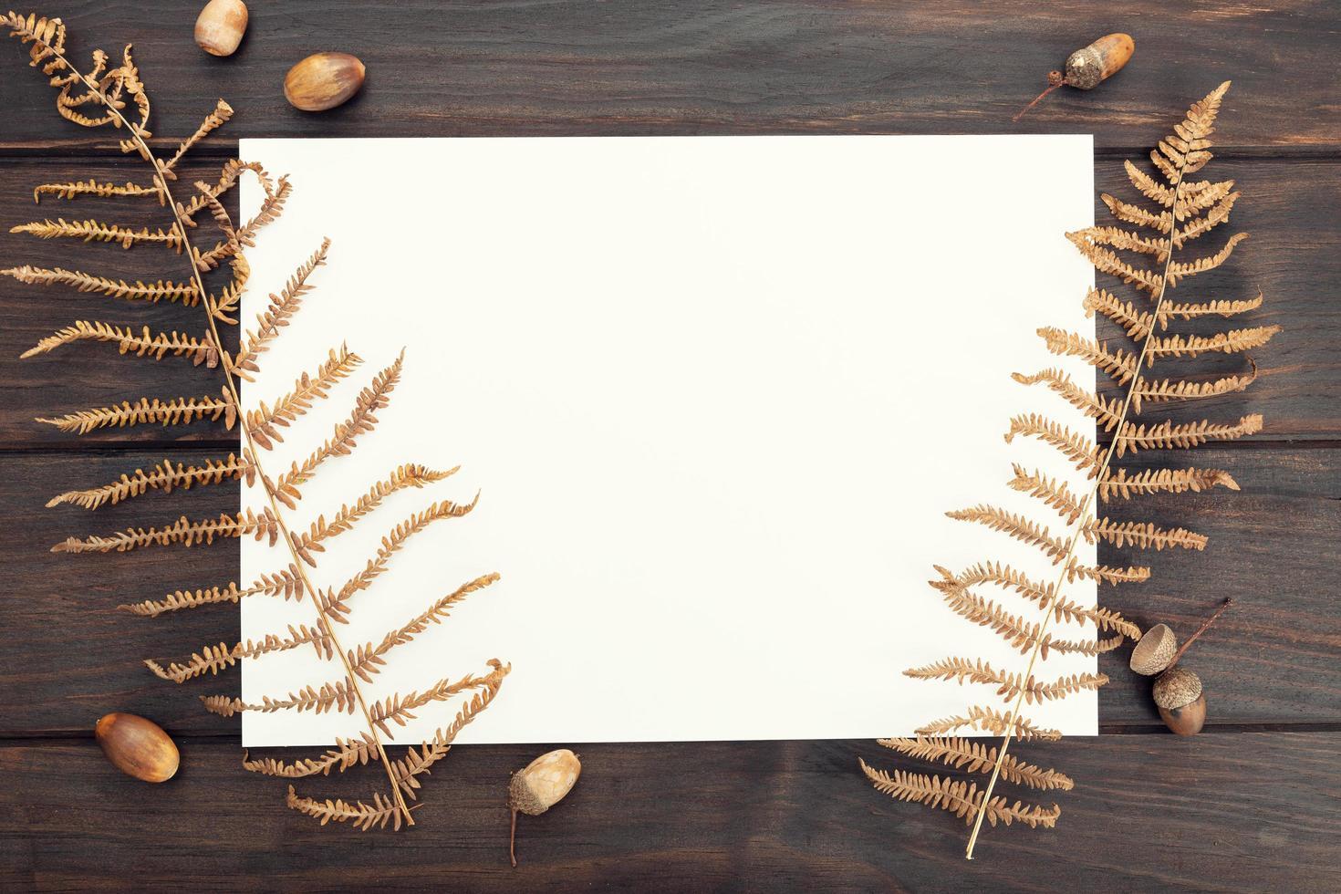 carta bianca sul tavolo di legno foto