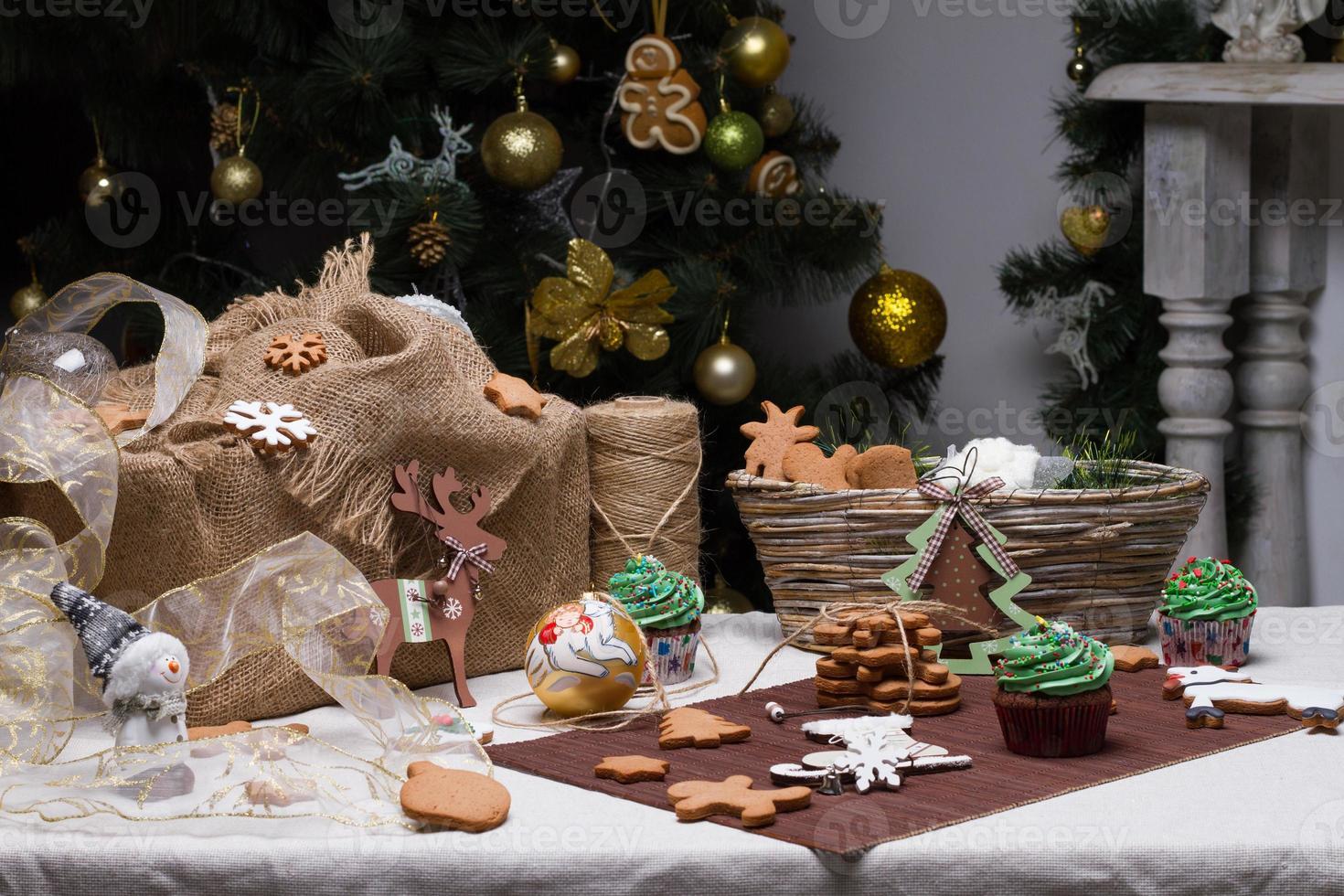 Natale vari biscotti di pan di zenzero, torte, cupcakes foto