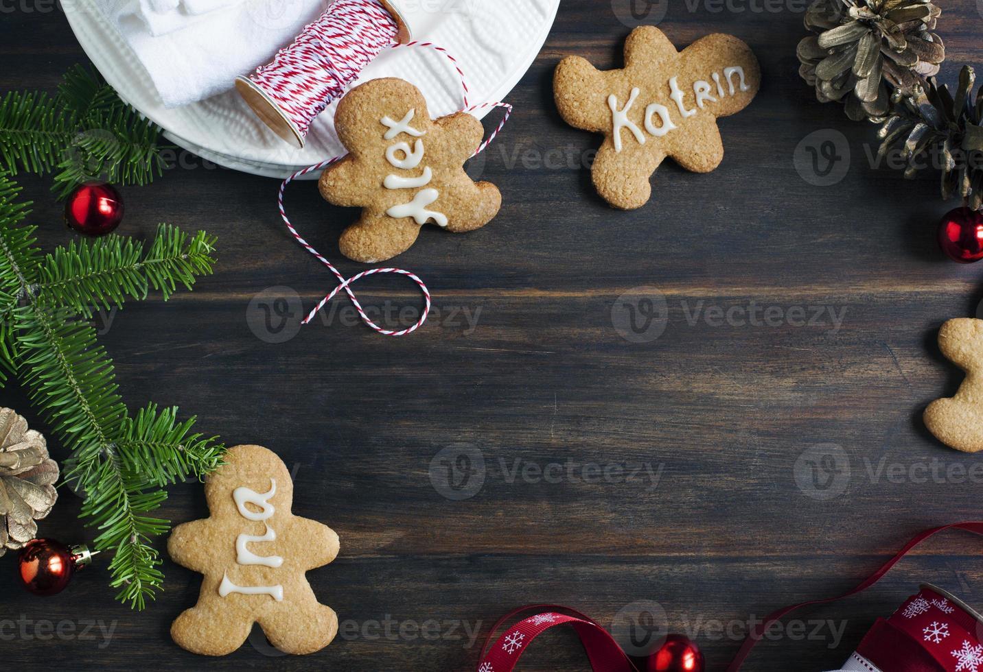 omino di pan di zenzero. mettere i biscotti della carta foto