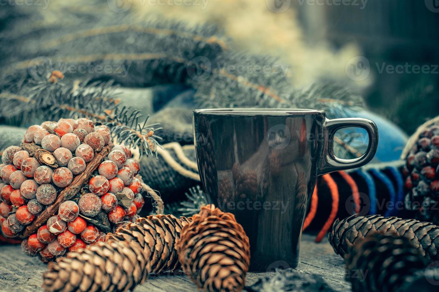 tazza di bevanda calda sul tavolo in legno rustico. natura morta. foto