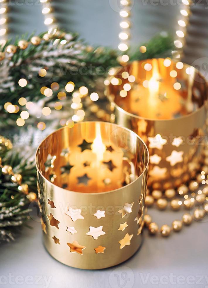 decorazioni natalizie con lanterne e luci dorate foto