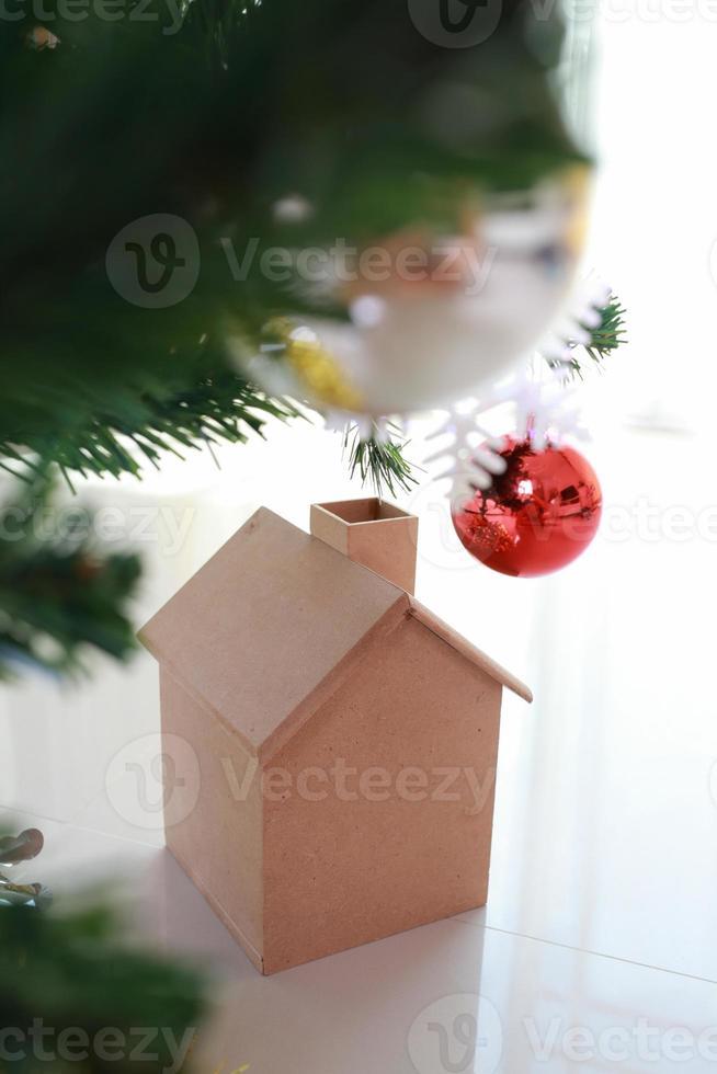 decorazioni natalizie con piccola casa in legno e albero foto