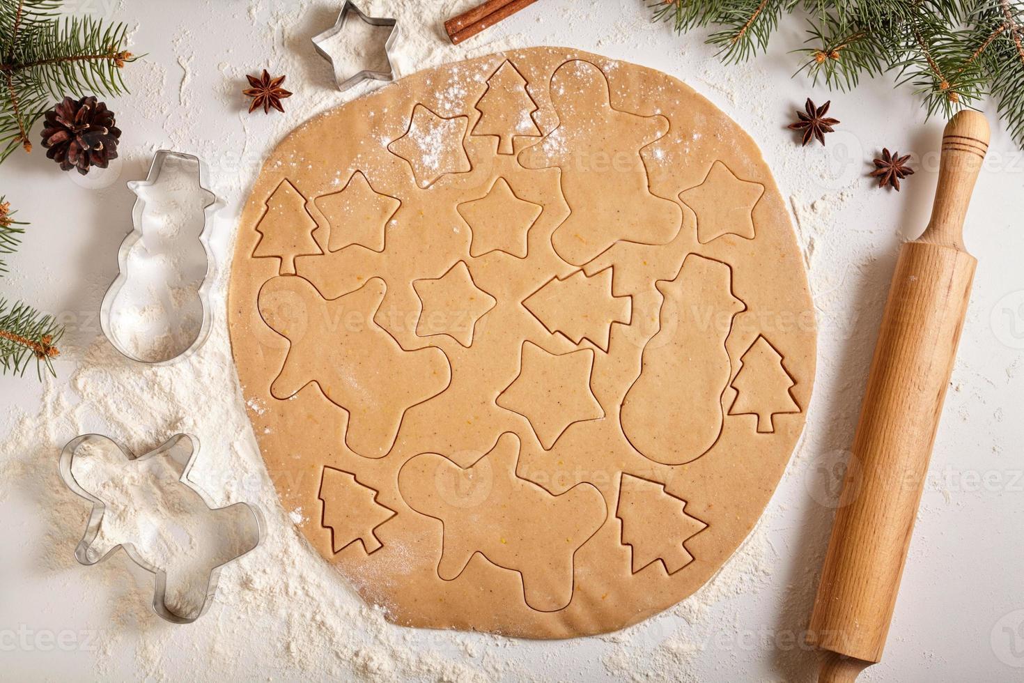 ricetta per la preparazione della pasta per biscotti di panpepato a forma di uomo, abeti foto