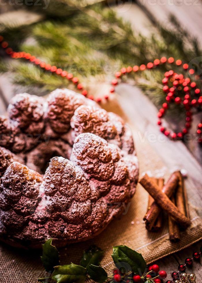 torta di Natale su fondo in legno foto