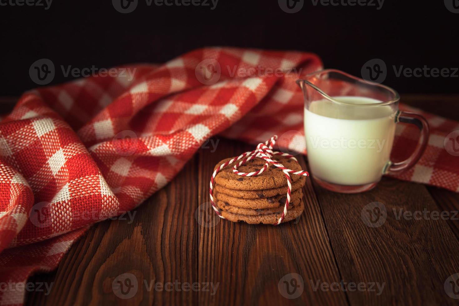 biscotti e latte, albero, concetto di natale, fondo di legno foto