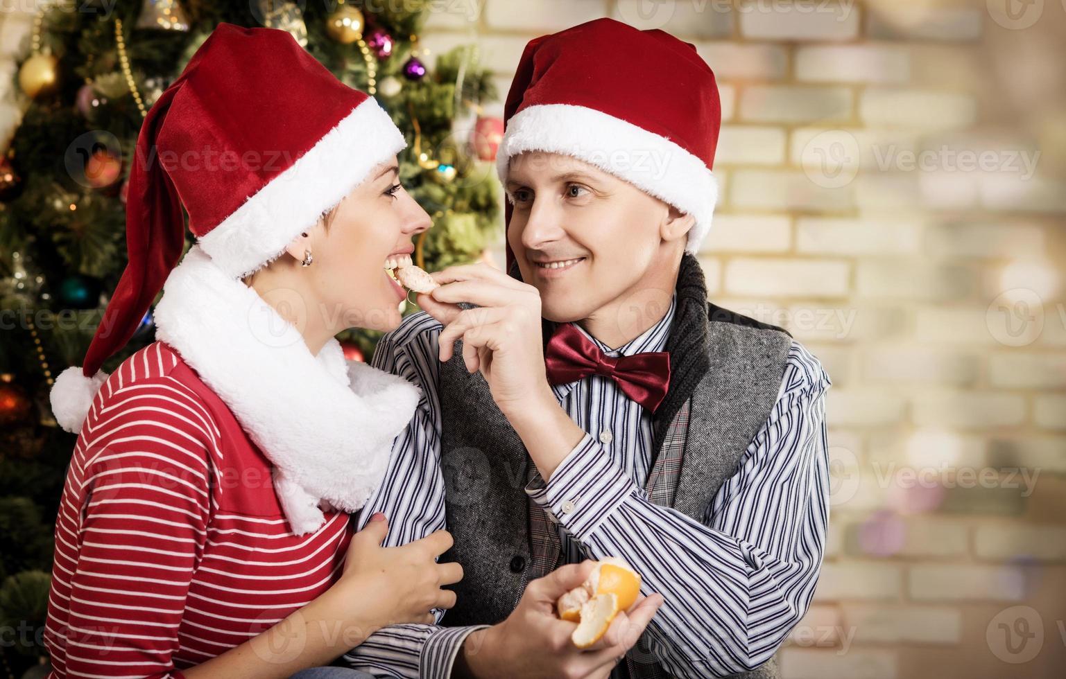 giovane coppia in santa caps. foto