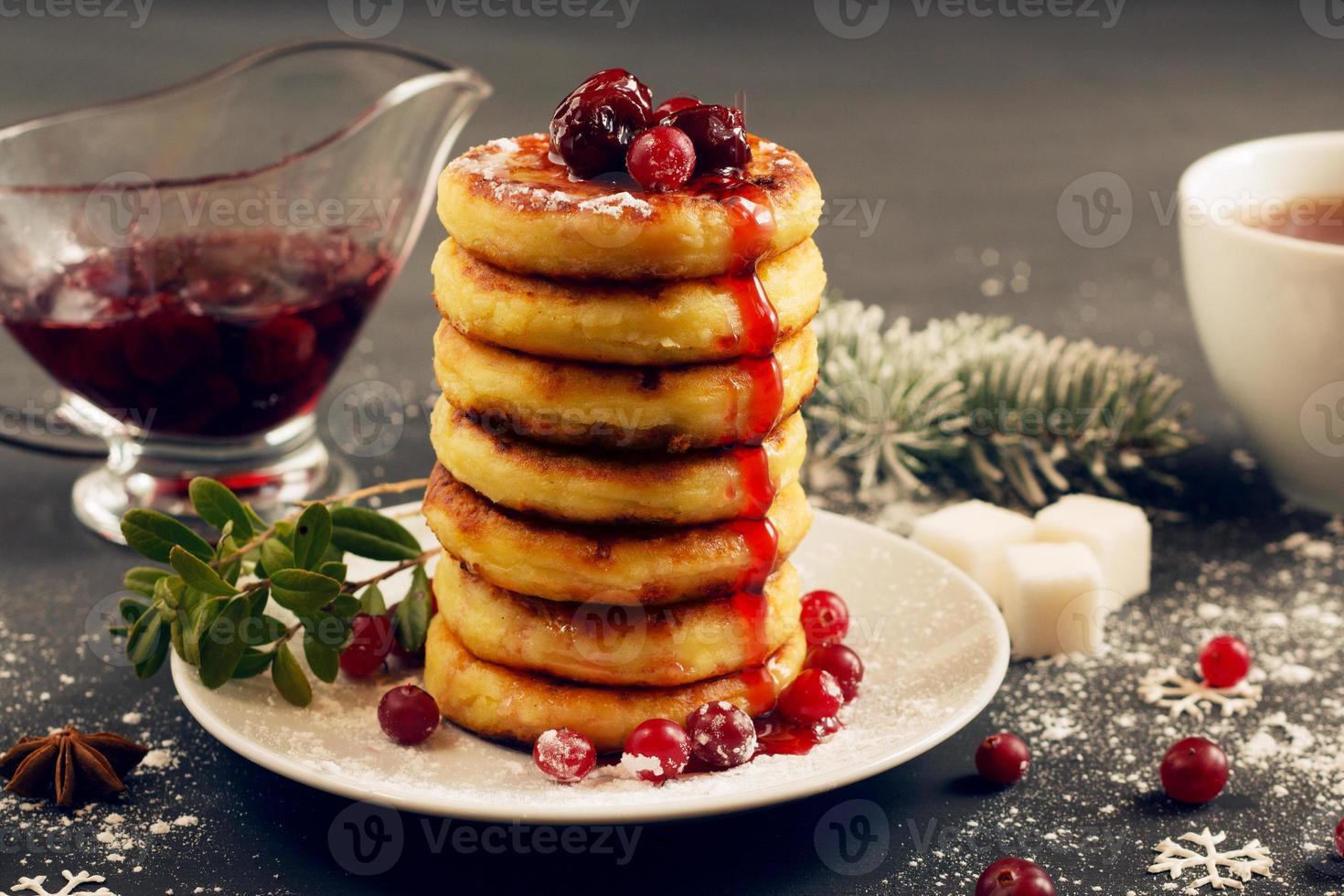 deliziose frittelle di ricotta con marmellata di ciliegie, mirtilli rossi a foto