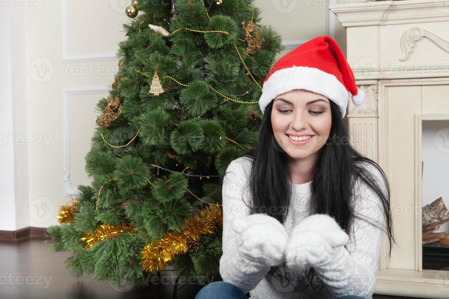donna felice che indossa un cappello di Natale foto