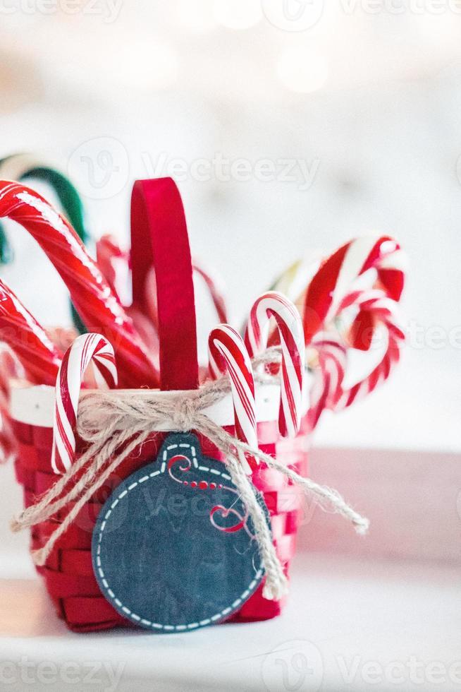 bastoncini di zucchero in un cesto su sfondo natalizio foto