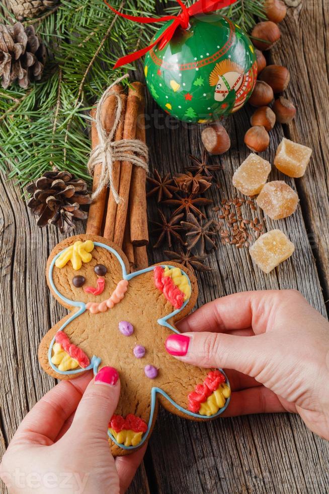 gngerbread man su spezie natalizie, cannella, anice foto