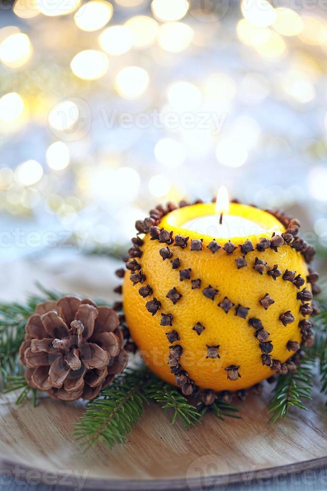 arancia aromatica di natale con la candela foto