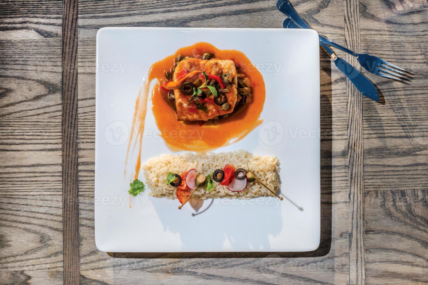 piatto di mare bistecca di pesce alla griglia in salsa con verdure e foto