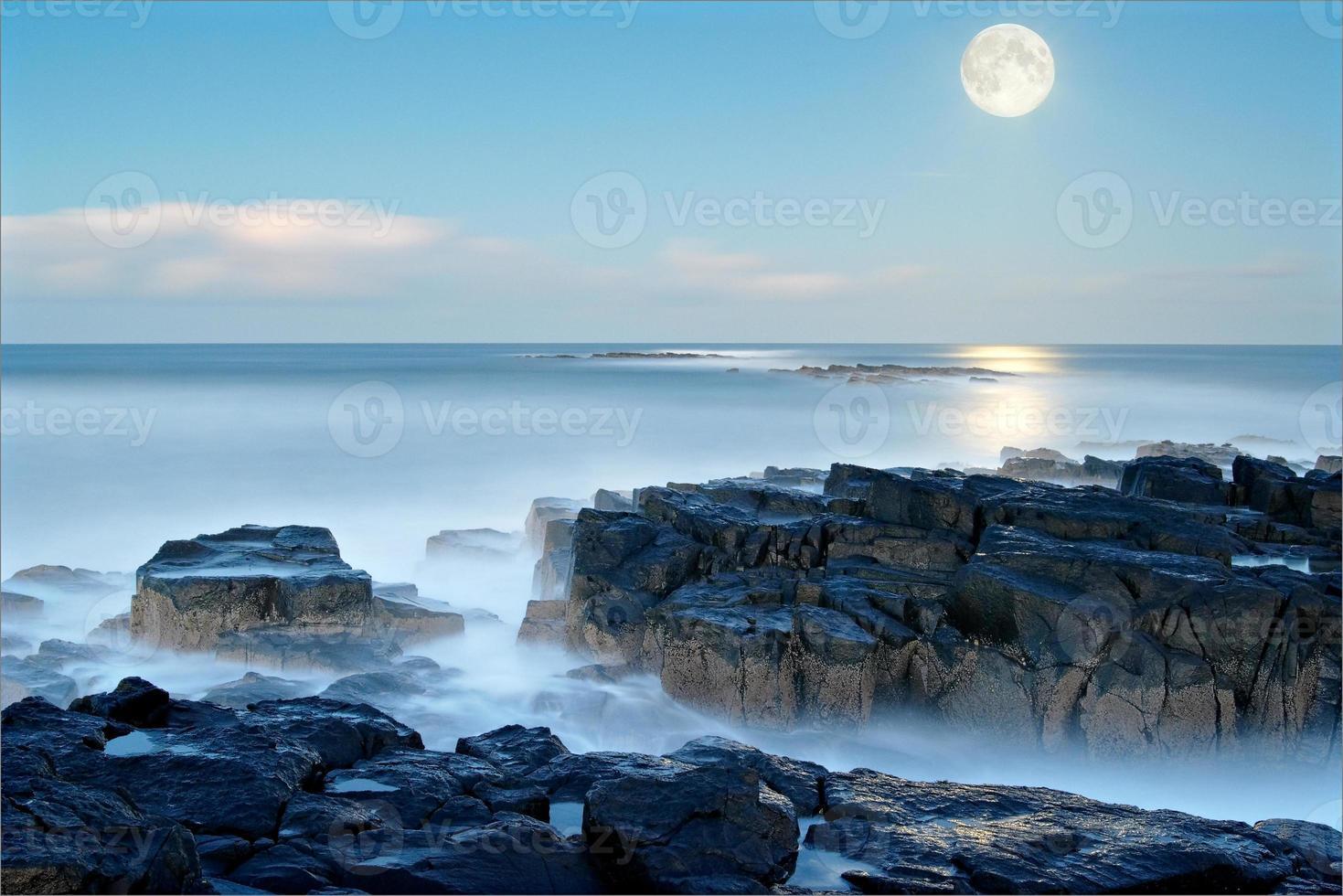 la luna sorge liscia mare blu pallido snook point newton northumberlan foto