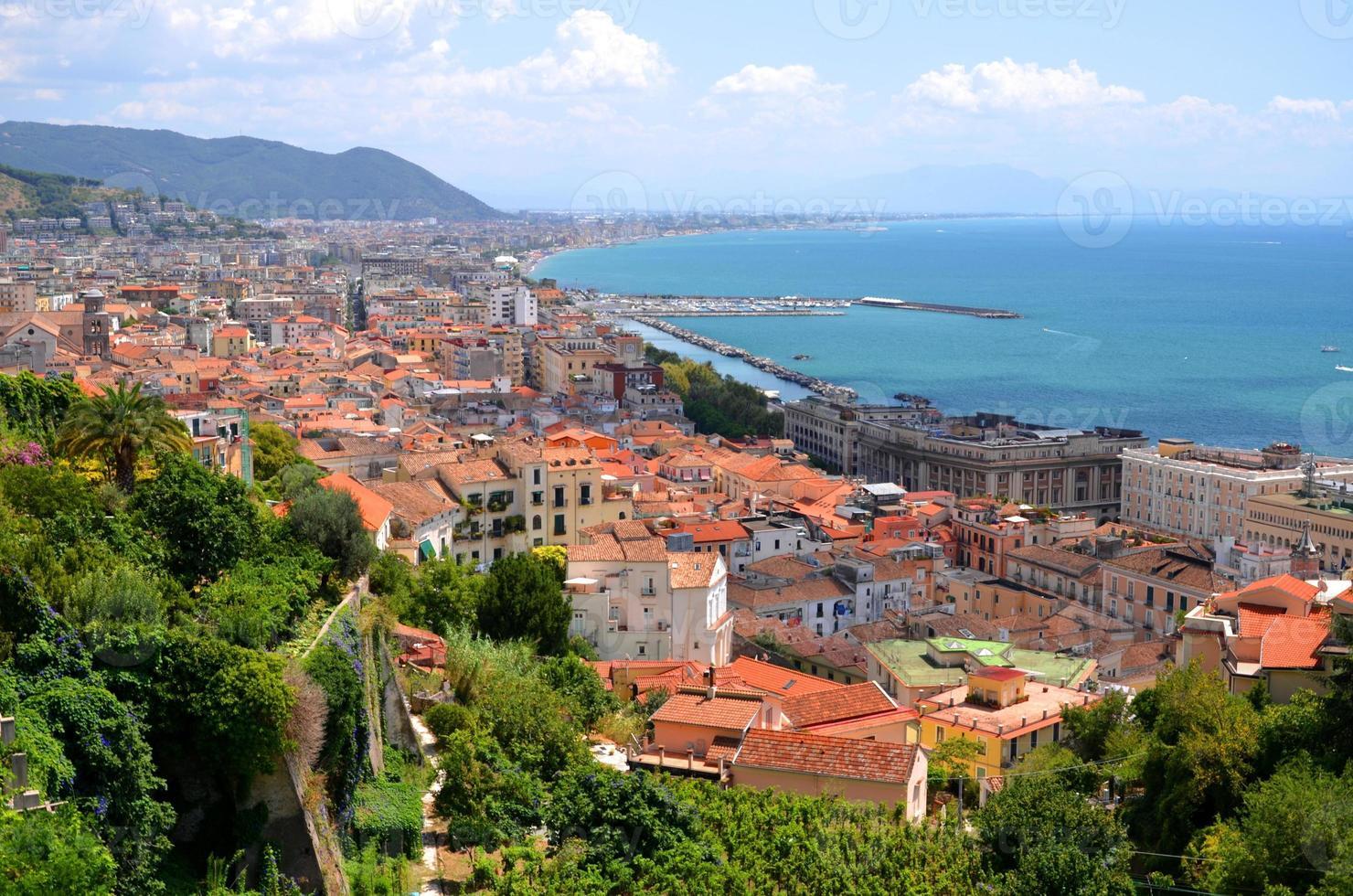 pittoresco panorama estivo di salerno in campania, italia foto