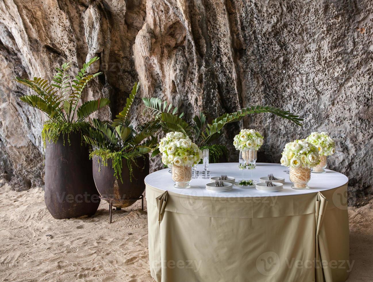 composizione floreale a una cerimonia di matrimonio sulla spiaggia. foto